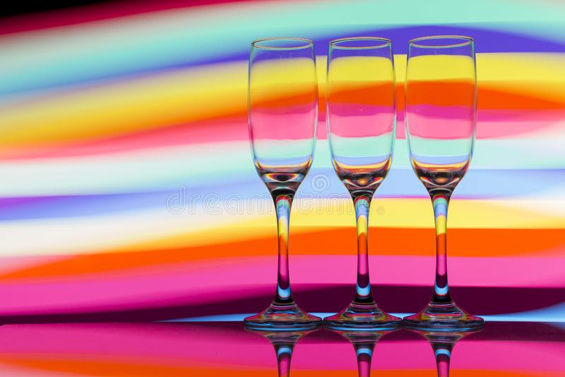 Trzy szampańskiego szkła z tęczą kolorowy lekki obraz za one z rzędu fotografia royalty free