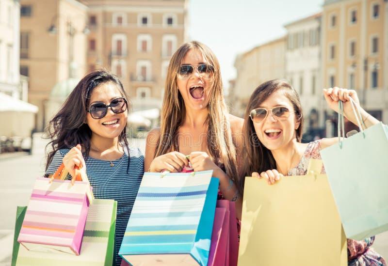 Trzy szczęśliwej dziewczyny ma zabawę zdjęcia stock