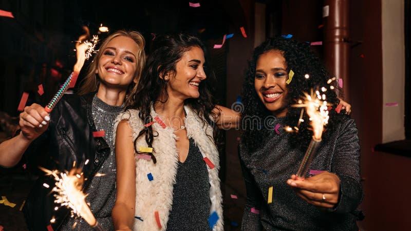 Trzy szczęśliwej kobiety chodzi wpólnie zdjęcie stock