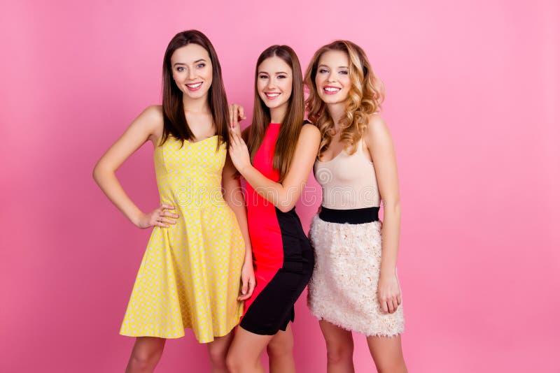 Trzy szczęśliwej pięknej dziewczyny, partyjny czas eleganckie dziewczyny grupują i zdjęcie stock