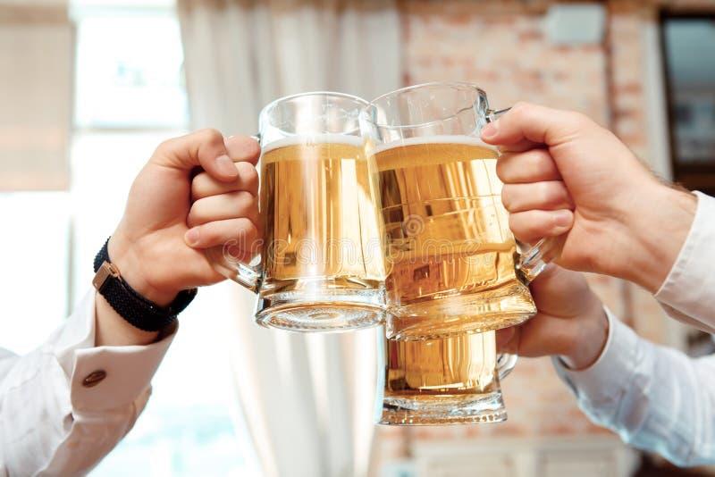 Trzy szkła piwo w ostrości fotografia stock