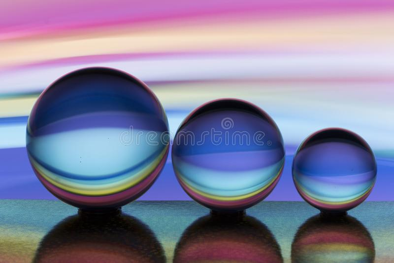 Trzy szklanej kryształowej kuli z tęczą kolorowy lekki obraz za one z rzędu zdjęcie stock