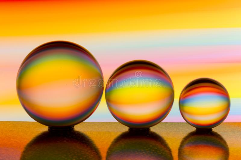 Trzy szklanej kryształowej kuli z tęczą kolorowy lekki obraz za one z rzędu fotografia royalty free