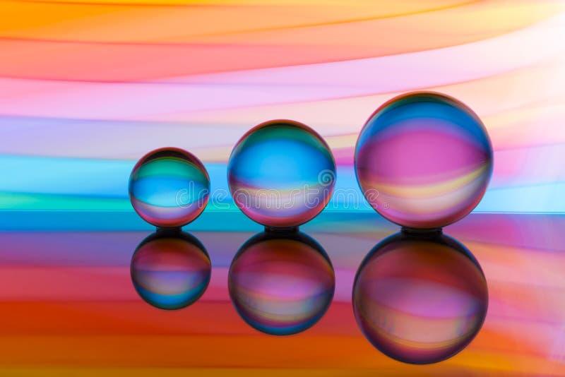 Trzy szklanej kryształowej kuli z tęczą kolorowy lekki obraz za one z rzędu obraz royalty free