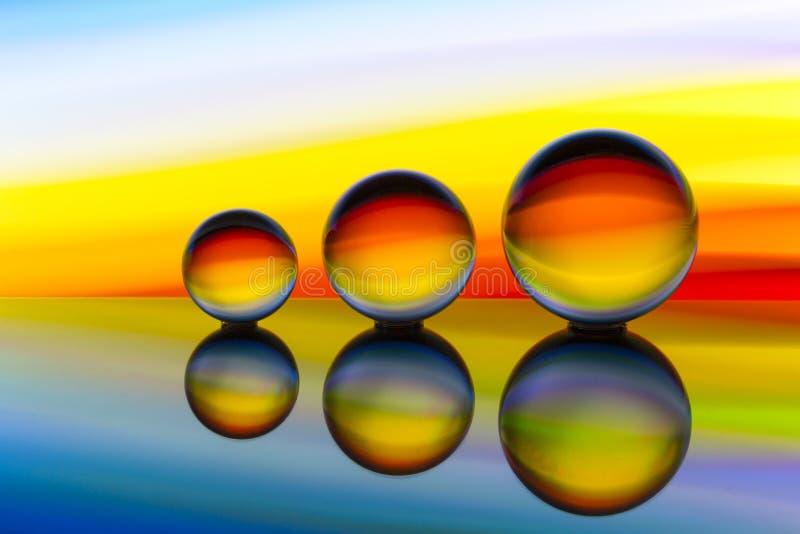 Trzy szklanej kryształowej kuli z tęczą kolorowy lekki obraz za one z rzędu obrazy stock