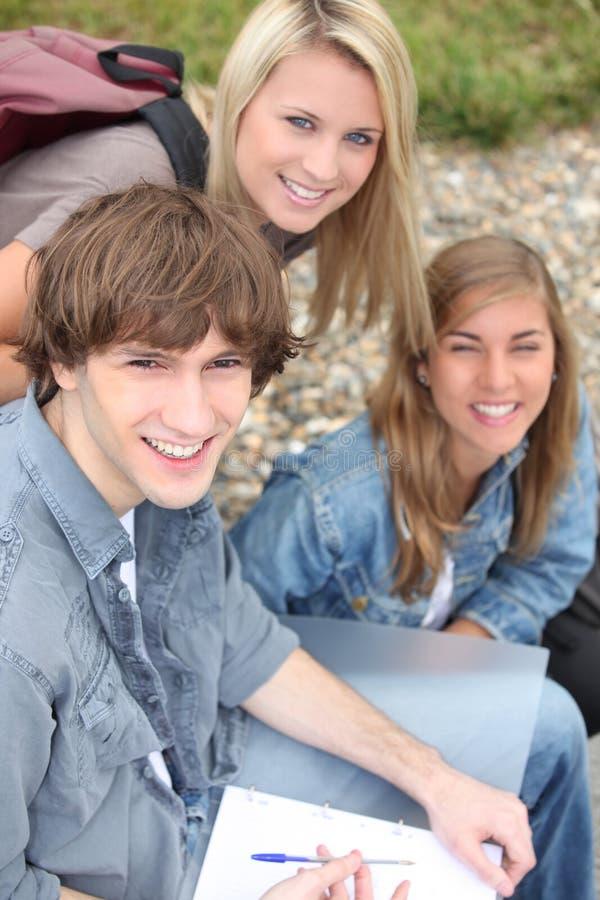 Trzy szkoła średnia przyjaciela zdjęcia stock