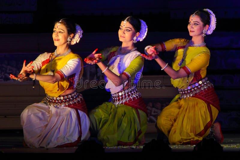 Trzy tancerza wykonuje Odisi tana w synchronizaci fotografia royalty free