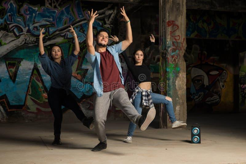 Trzy tancerza wykonuje wpólnie obrazy stock