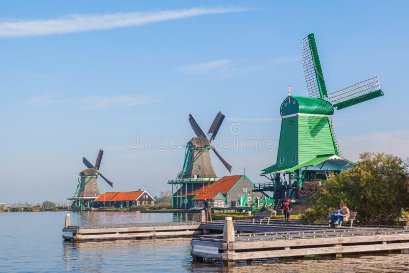 Trzy tradycyjny holenderski wiatraczek obok kanału obrazy royalty free