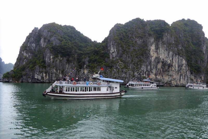 Trzy turysta łodzi blisko wysp brzęczenia tęsk podpalany Wietnam obraz royalty free