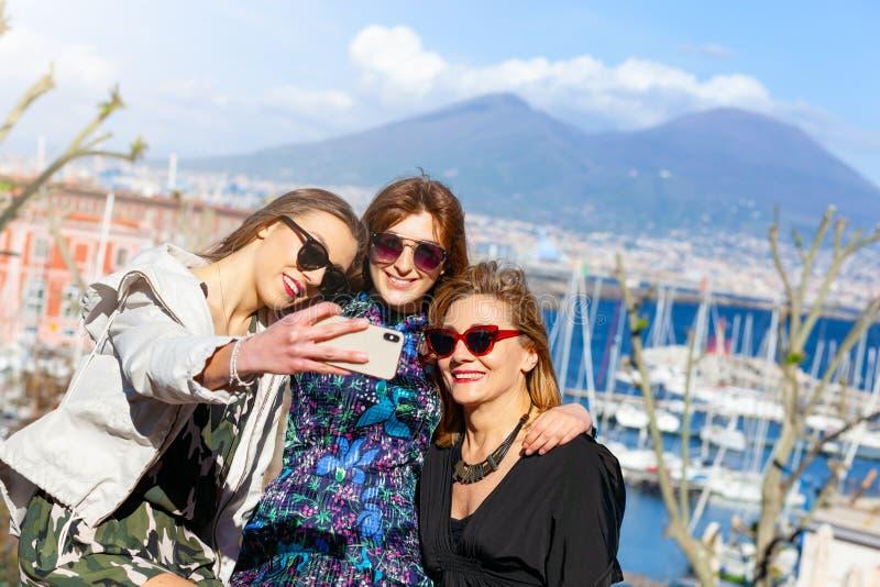 Trzy turysty bior? selfie przed Vesuvio zdjęcia royalty free