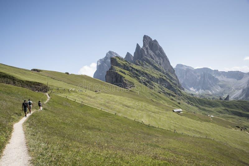 Trzy turysty chodzą na ścieżce Włoscy Alps zdjęcie stock