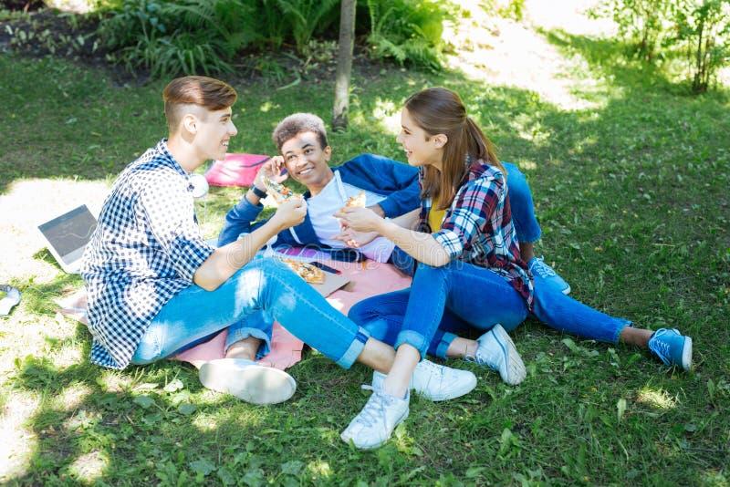Trzy uśmiechniętego przyjaciela dzieli ich sekrety ma pinkin obraz royalty free