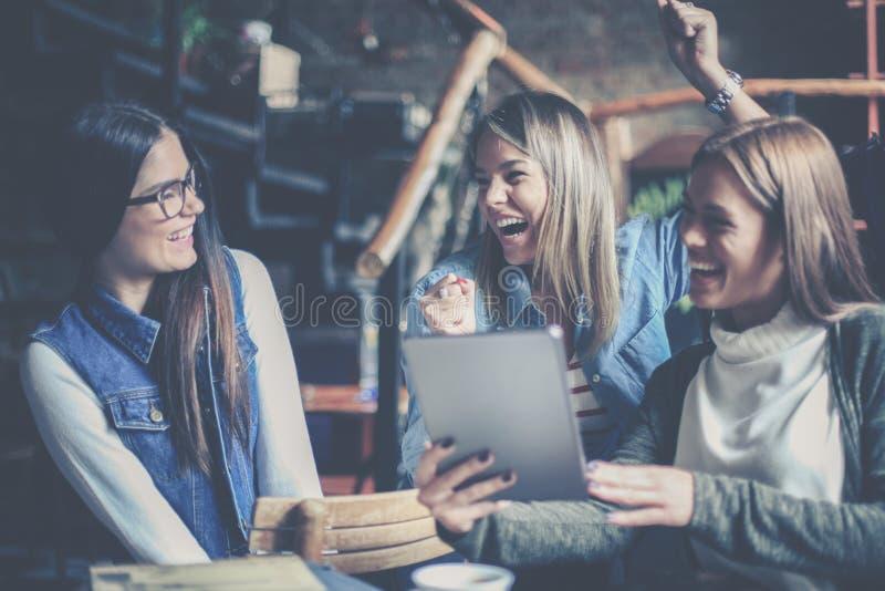 Trzy uczeń dziewczyny używa cyfrowego pastylki togeth w domu obrazy stock