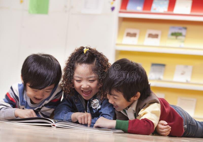 Trzy uczni Czytać zdjęcie stock