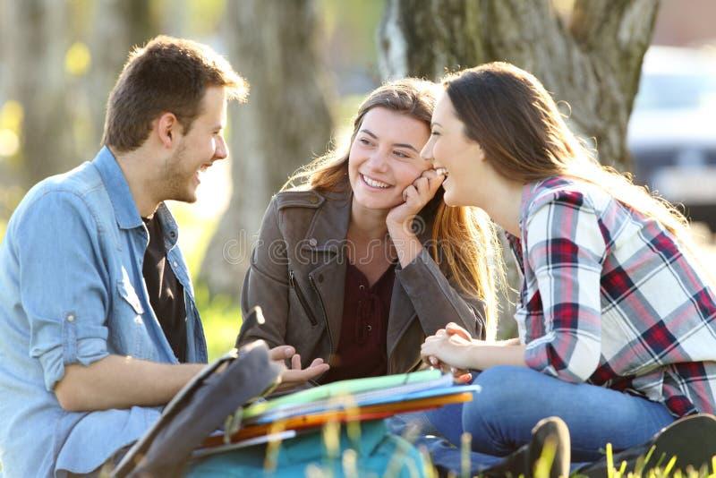 Trzy ucznia opowiada po klas outside zdjęcia royalty free