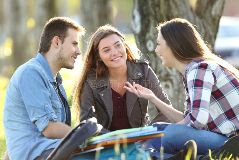Trzy ucznia opowiada po klasy fotografia royalty free