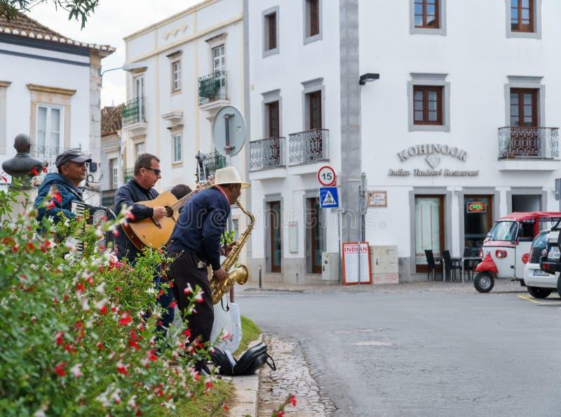 Trzy ulicznego muzyka bawić się jazzową muzykę przy uliczną sceną obraz stock