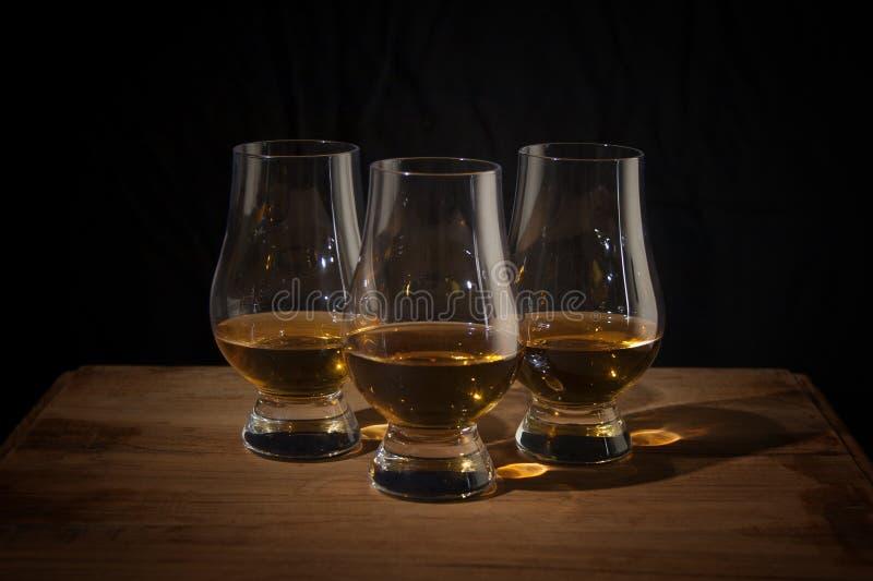 Trzy whisky szkła na drewnianym stole zdjęcie royalty free
