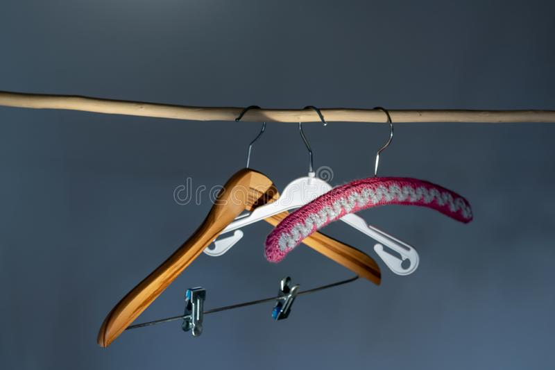 Trzy wieszaka, robi? drewno, klingeryt i szyde?kowy obwieszenie, na drewnianym barze fotografia royalty free