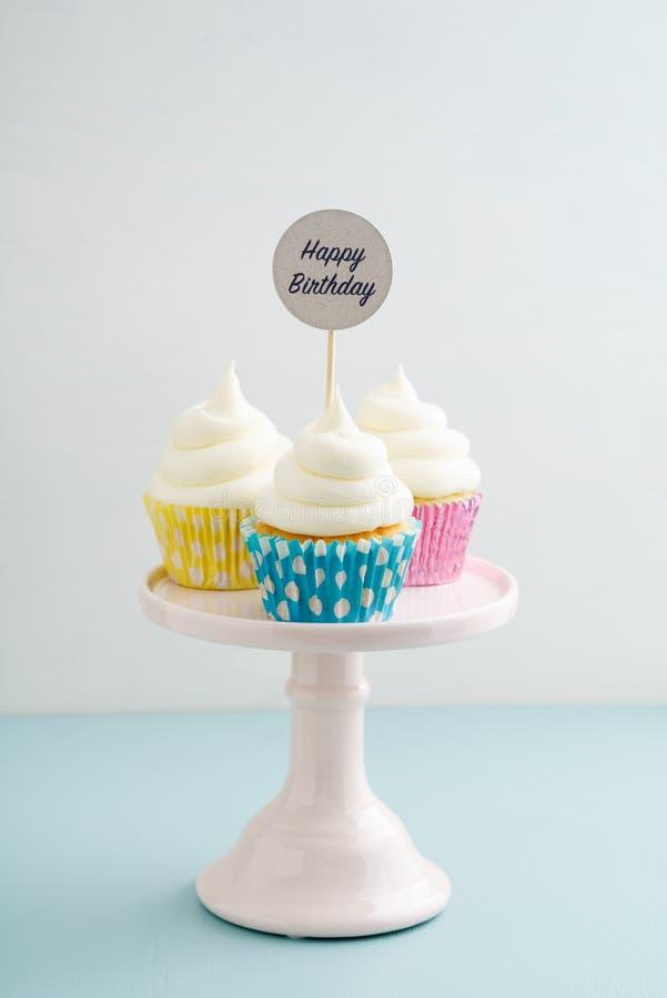 Trzy wszystkiego najlepszego z okazji urodzin babeczki obrazy royalty free