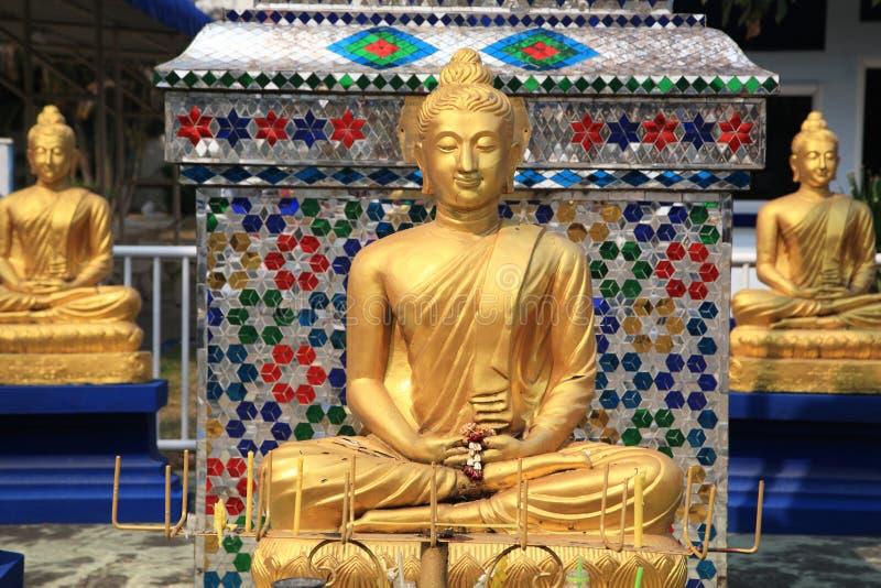 Trzy złotej Buddha statuy przy Tajlandzką świątynią zdjęcie stock