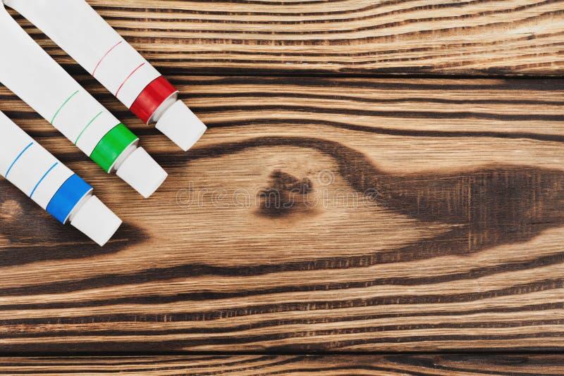 Trzy zamykającej metal tubki czerwona, błękitna i zielona akrylowa farba obraz stock