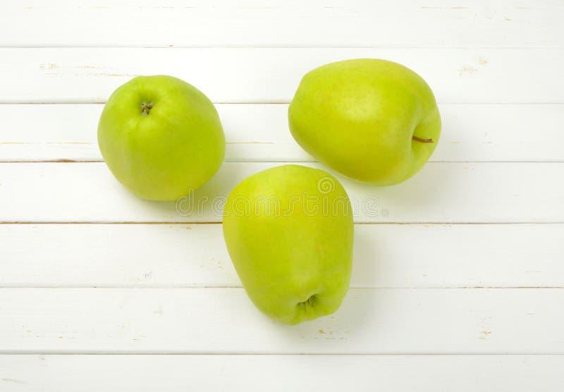 Download Trzy zielonego jabłka zdjęcie stock. Obraz złożonej z drewno - 106916022