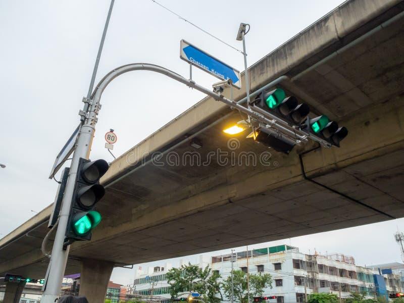 Trzy zielony światła ruchu przy skrzyżowaniem w mieście fotografia stock