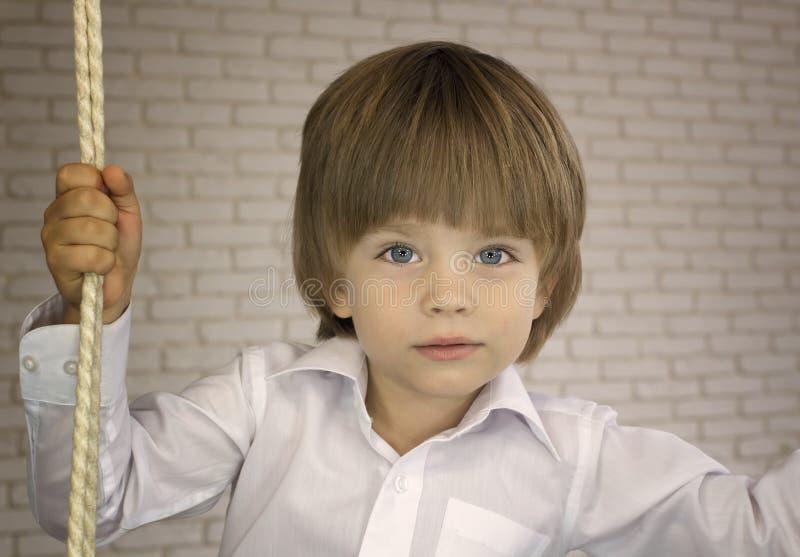 Trzyletnia chłopiec w białej koszula z arkaną zdjęcia stock