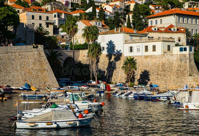 Trzymać na dystans przy ścianami stary miasto Dubrovnik Piękno Chorwacja zdjęcie royalty free