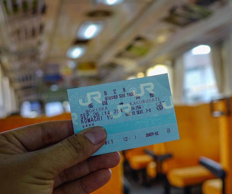Trzymać kolejowego bilet na pociągu obraz royalty free