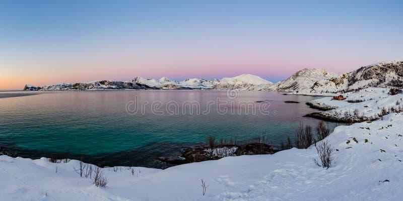 Trzymać na dystans na Kvaloya wyspie po zmierzchu, Norwegia obraz stock