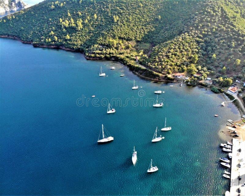 Trzymać na dystans z łodziami w Porto Koufo, morze egejskie, Sithonia, Grecja obrazy royalty free