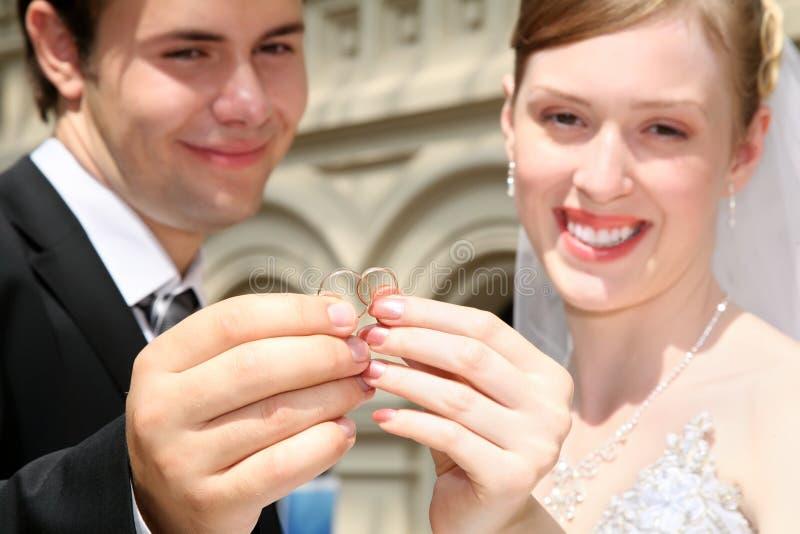 trzymać obrączki żonaty zdjęcia stock