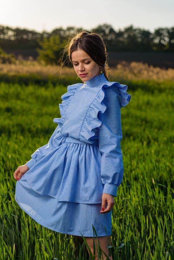 Trzymać paskującą suknię obraz royalty free