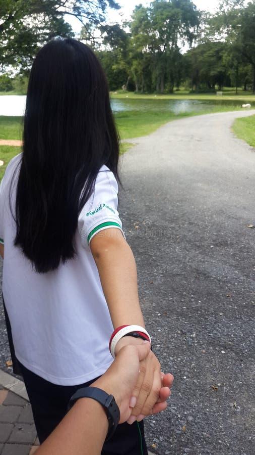 trzyma jej rękę zdjęcie royalty free