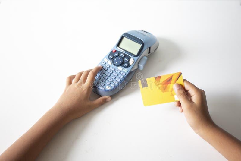 Trzymaj?cy kart? kredytow? i wchodzi? do ochrona kod u?ywa? laptop w sklepie z kaw?, online zap?aty app smartphone, poj?cie: zdjęcie royalty free