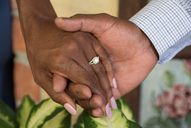 Trzymający ręki i cieszyć się zobowiązanie zdjęcie royalty free