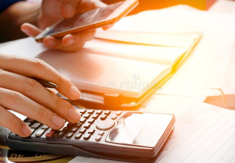 Trzymający telefon, używa telefon komórkowego dla szukać dane w biurze lub stwarza ognisko domowe obraz royalty free
