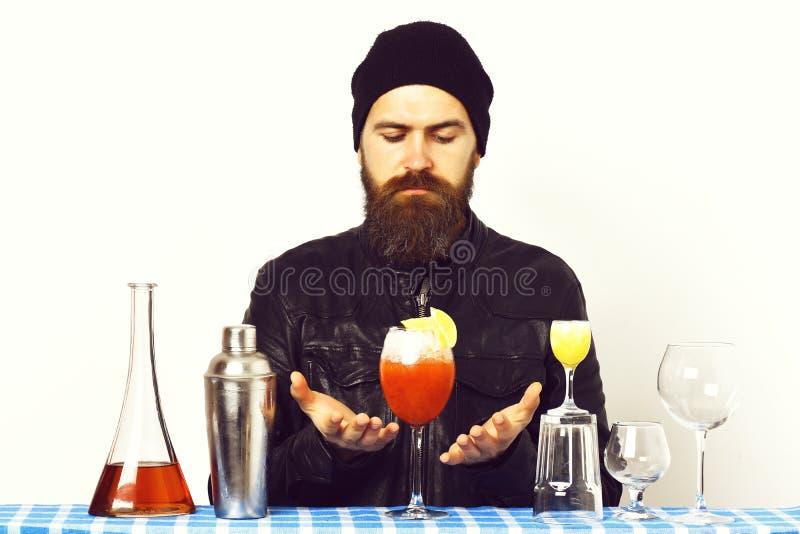 Trzymający tropikalnego napój, świeżego koktajl lub szkła z alkoholem strzelał na błękitnej w kratkę szkockiej kracie odizolowywa zdjęcia royalty free