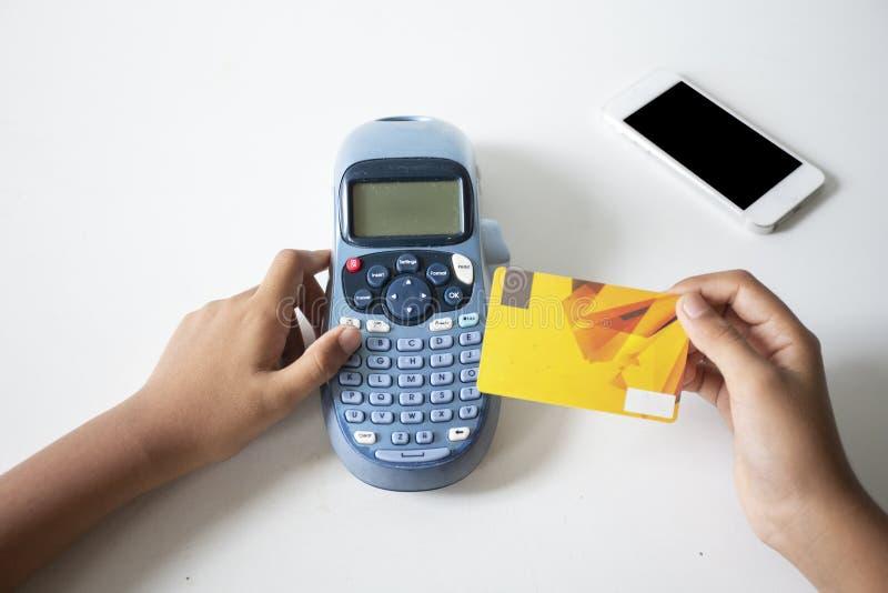 Trzymaj?cy kart? kredytow? i wchodzi? do ochrona kod u?ywa? laptop w sklepie z kaw?, online zap?aty app smartphone, poj?cie: fotografia royalty free
