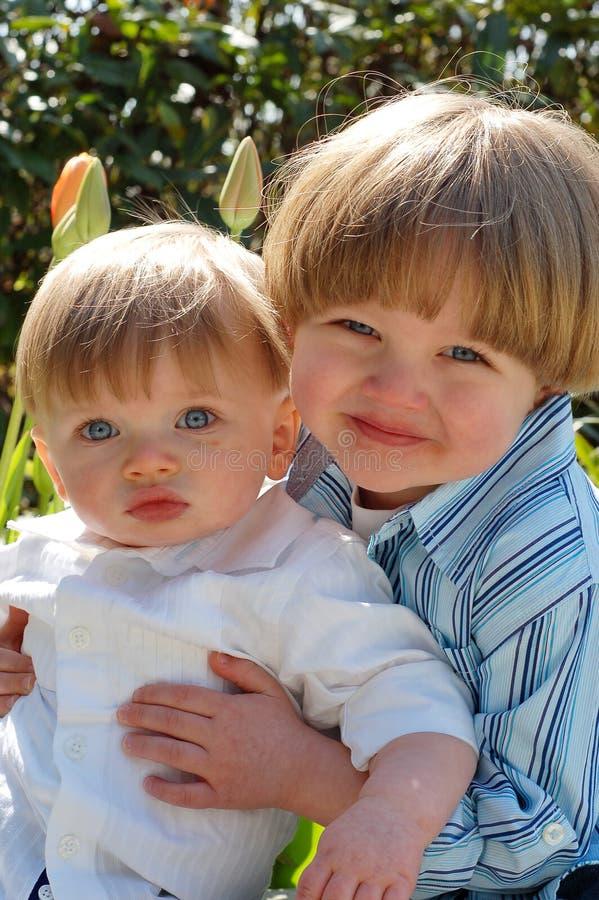 trzymaj pionowo młodszego brata zdjęcia royalty free