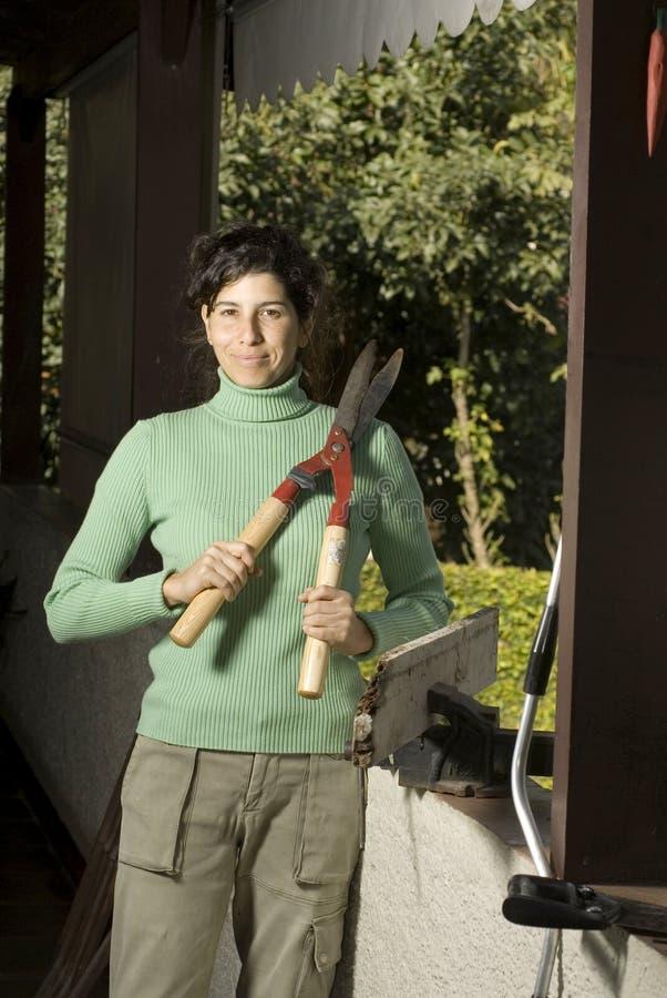 trzymaj pionowo szczypce ogrodzenie kobiety obraz stock