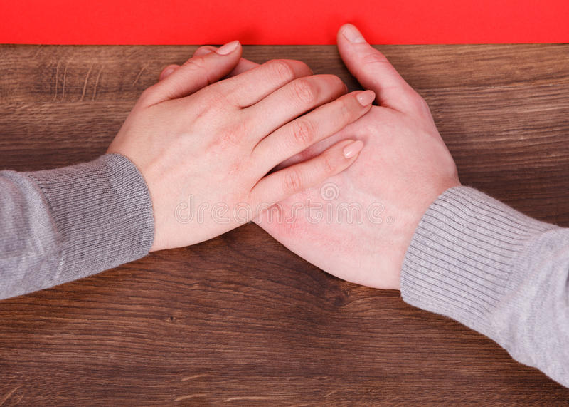 trzymaj ręce dwóch ludzi zdjęcia stock