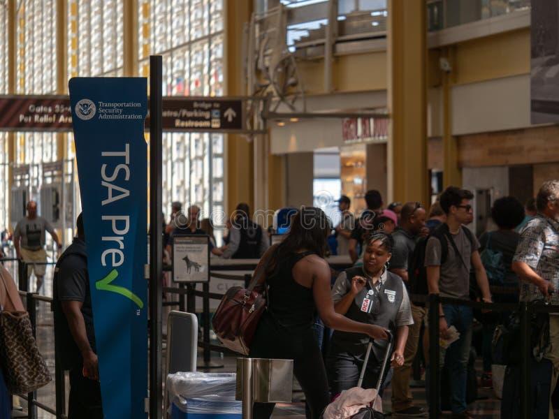 TSA-prechecken och det globala tillträdeet fodrar på säkerhetstestpunktet på Reagan National Airport arkivbild