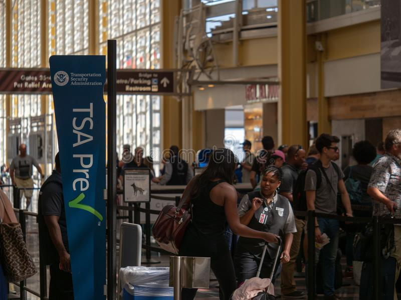 TSA-Vorkontrollieren und globaler Eintritt zeichnen am Sicherheitskontrollpunkt bei Reagan National Airport stockfotografie