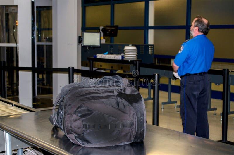 TSA y bolso desatendido imagen de archivo