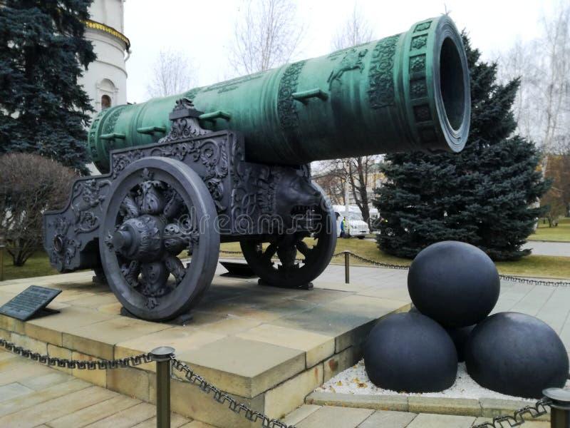 Tsaar-Pushka koning-Kanon in Moskou het Kremlin stock afbeeldingen