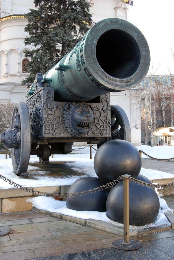 Tsaarkanon (Koning Cannon) in Moskou het Kremlin in de winter stock afbeeldingen